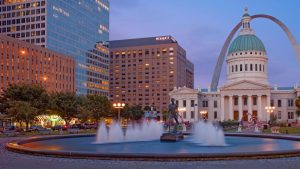 Hyatt overlooking the arch and the St Louis courthouse, as well as fountains.